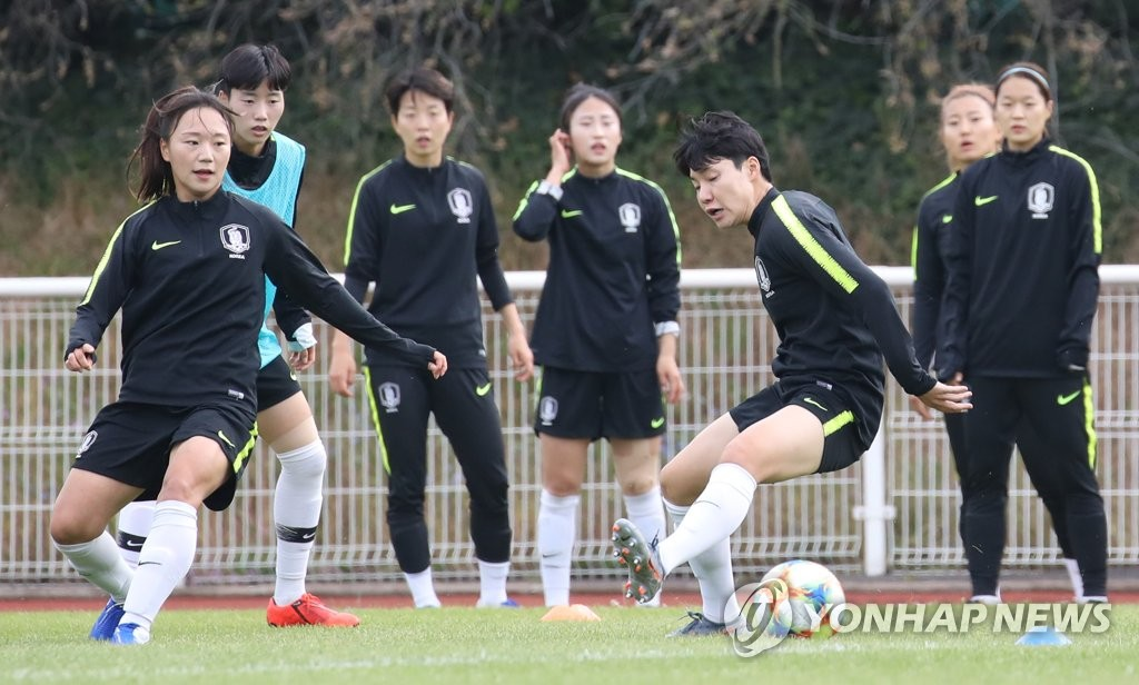 Members of the South Korean women's national football team practice at Stade Louis Boury in Gennevilliers, France, on June 4, 2019, in preparation for the FIFA Women's World Cup. (Yonhap)