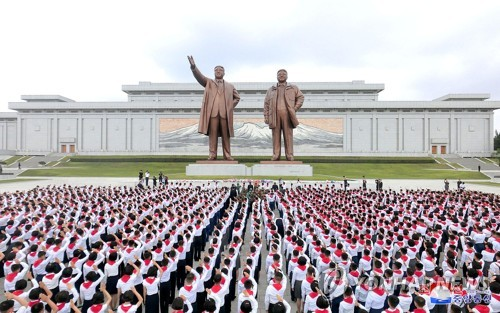 N. Korean children pay tribute to former leaders