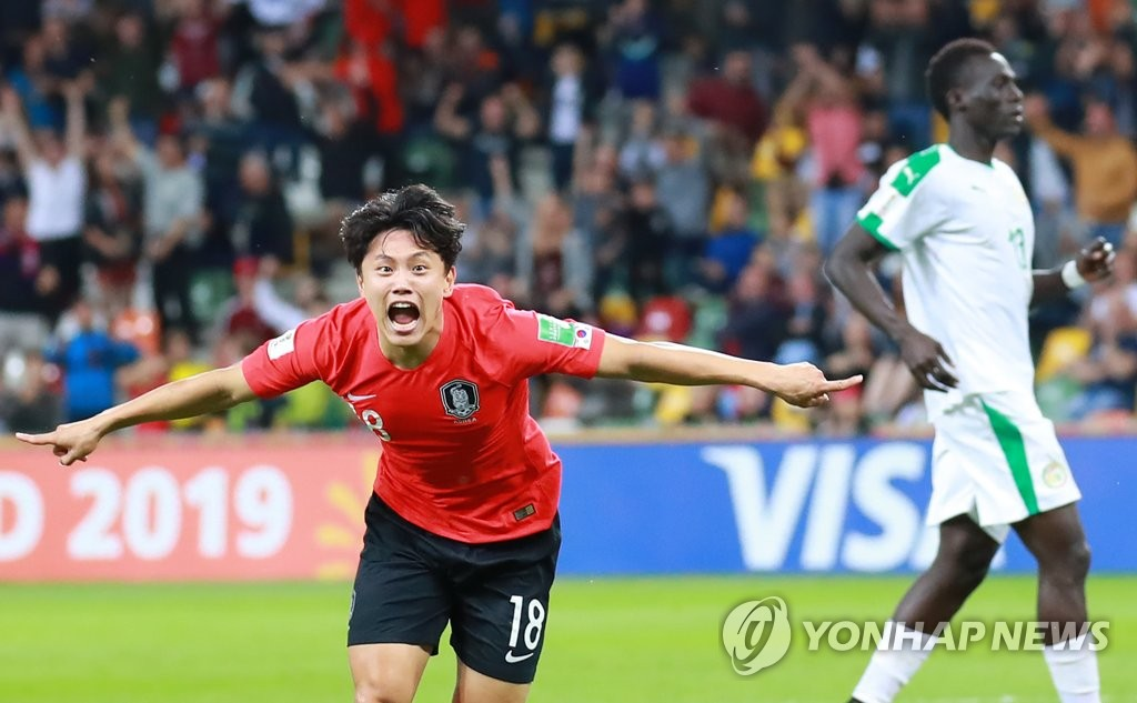 Cho Young-wook of South Korea (L) celebrates his extra-time goal against Senegal in the teams' quarterfinals match at the FIFA U-20 World Cup at Bielsko-Biala Stadium in Bielsko-Biala, Poland, on June 8, 2019. (Yonhap)