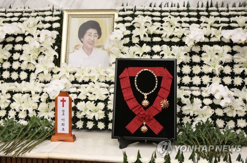 (3rd LD) N.K. leader sends condolence message, flowers for former first lady's funeral