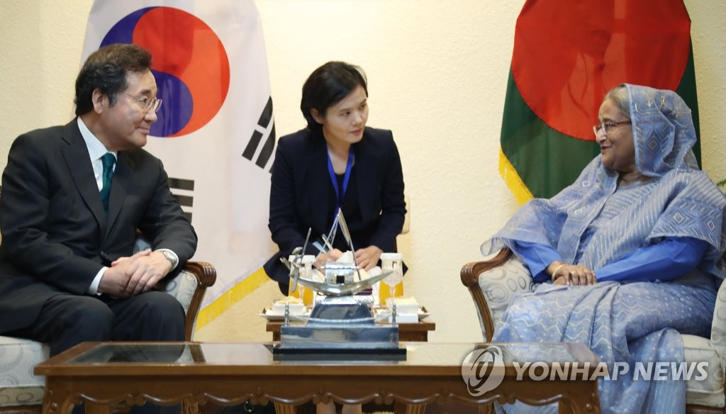 South Korean Prime Minister Lee Nak-yon (L) holds a meeting with his Bangladeshi counterpart Sheikh Hasina in Dhaka on July 14, 2019. (Yonhap)