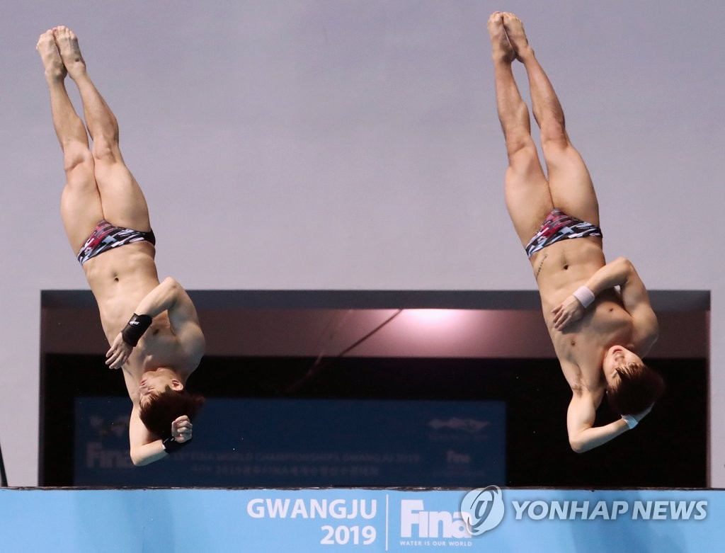 South Korean divers Kim Yeong-nam (L) and Woo Ha-ram compete in the final of the men's synchronized 10m platform at the FINA World Championships at Nambu University Municipal Aquatics Center in Gwangju, 330 kilometers south of Seoul, on July 15, 2019. (Yonhap)