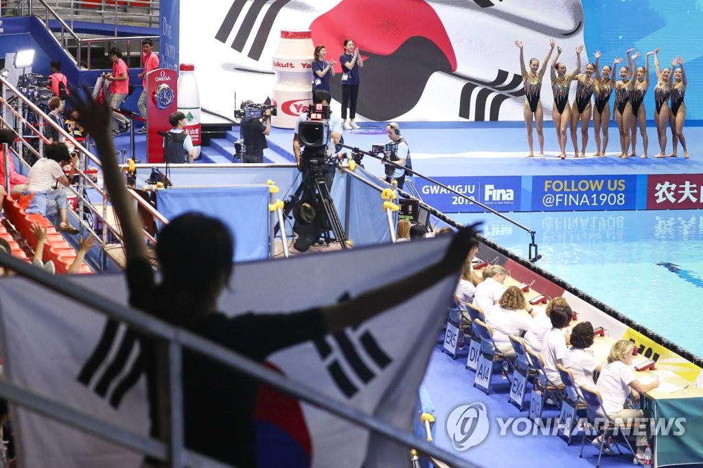 Fans cheer on members of the South Korean team during artistic swimming's team free routine preliminary at the FINA World Championships at Yeomju Gymnasium in Gwangju, 330 kilometers south of Seoul, on July 17, 2019. (Yonhap)