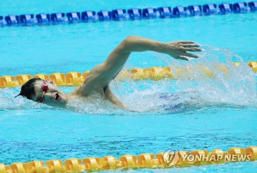 China's star swimmer practices