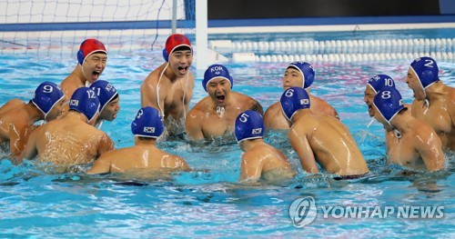 South Korean men's water polo players prepare for their Group A game against Serbia at the FINA World Championships at Nambu University Water Polo Competition Venue in Gwangju, 330 kilometers south of Seoul, on July 17, 2019. (Yonhap)