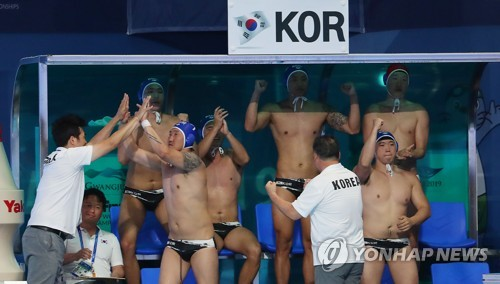 South Korean players and coaches celebrate a goal by Lee Seong-gyu during the men's water polo Group A game against Serbia at the FINA World Championships at Nambu University Water Polo Competition Venue in Gwangju, 330 kilometers south of Seoul, on July 17, 2019. (Yonhap)