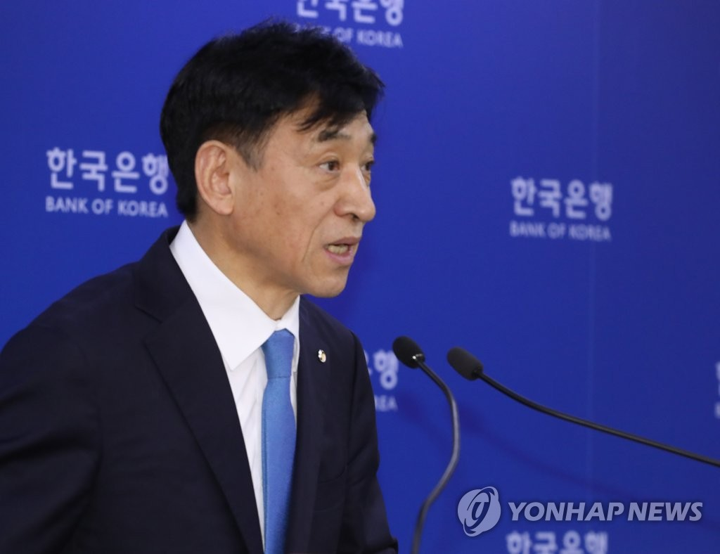 Bank of Korea Gov. Lee Ju-yeol holds a press conference in Seoul on July 18, 2019, after the central bank's monetary policy board decided to cut the policy rate by 25 basis points to 1.50 percent. (Yonhap)