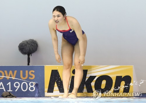 South Korean diver Kim Su-ji bows to the crowd after completing an attempt during the women's 3m springboard preliminary at the FINA World Championships at Nambu University Municipal Aquatics Center in Gwangju, 330 kilometers south of Seoul, on July 18, 2019. (Yonhap)