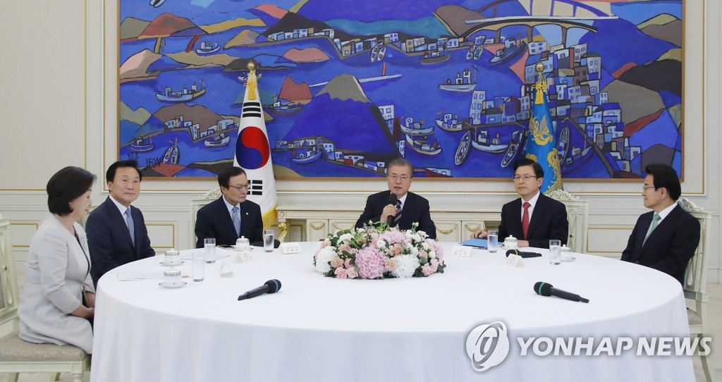 Moon meets party leaders over trade row