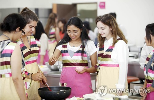 Foreign students prepare Korean food