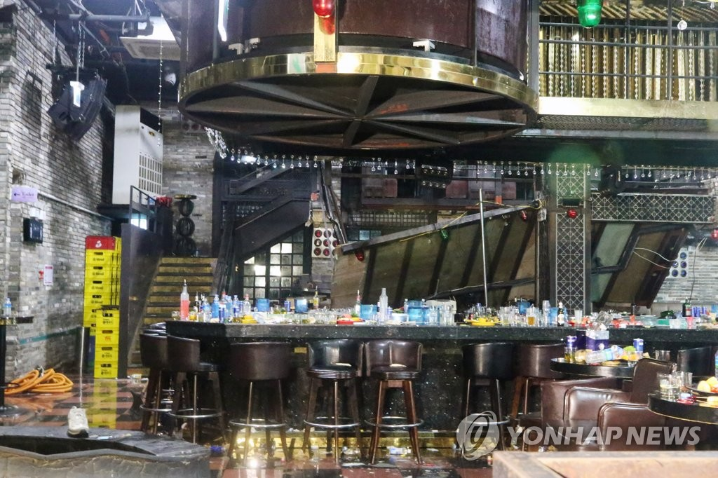 This photo shows a collapsed loft inside a night club in Gwangju, some 330 kilometers south of Seoul, on July 27, 2019. (Yonhap)