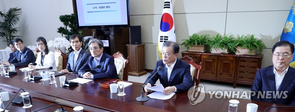President Moon Jae-in holds a weekly meeting with his senior aides, at Cheong Wa Dae in Seoul, on Aug. 5, 2019. (Yonhap)