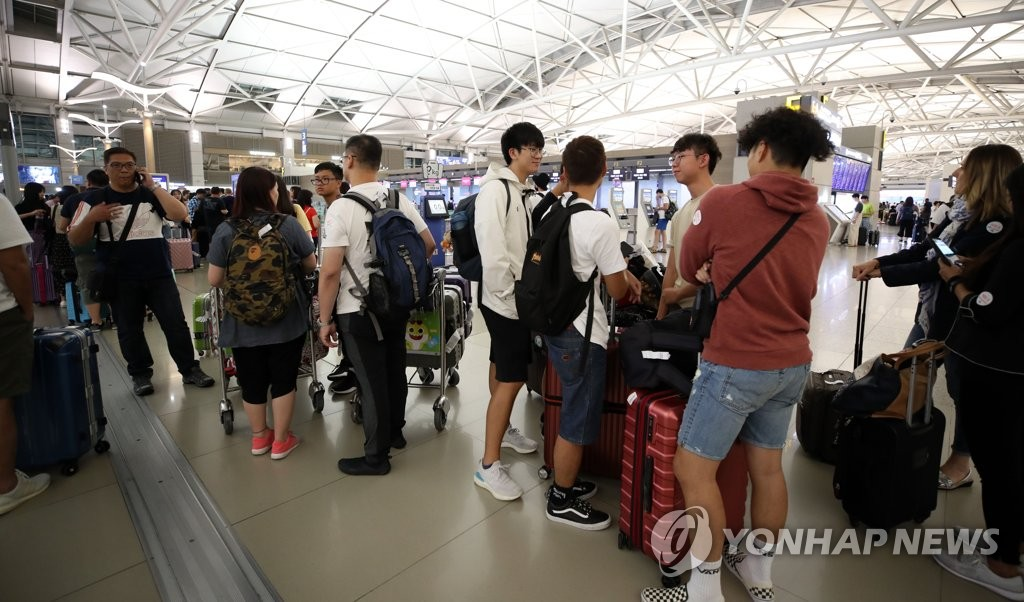Passengers bound for Hong Kong are stranded at Incheon International Airport in Incheon, west of Seoul, on Aug. 12, 2019, after Hong Kong International Airport shut down its operations due to a pro-democracy protest. (Yonhap)