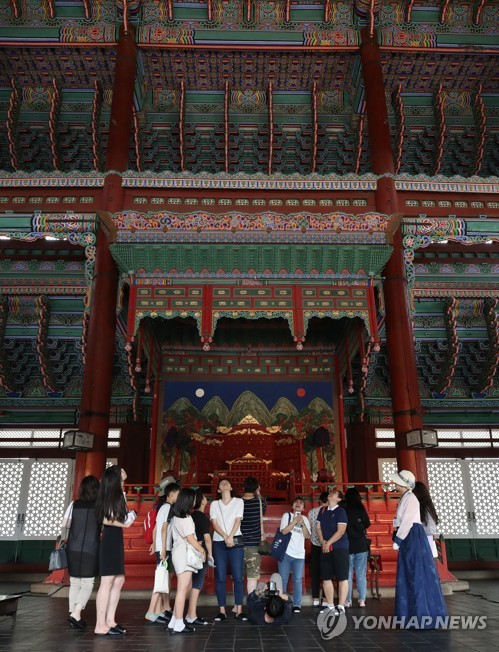 Touring Geunjeongjeon Hall