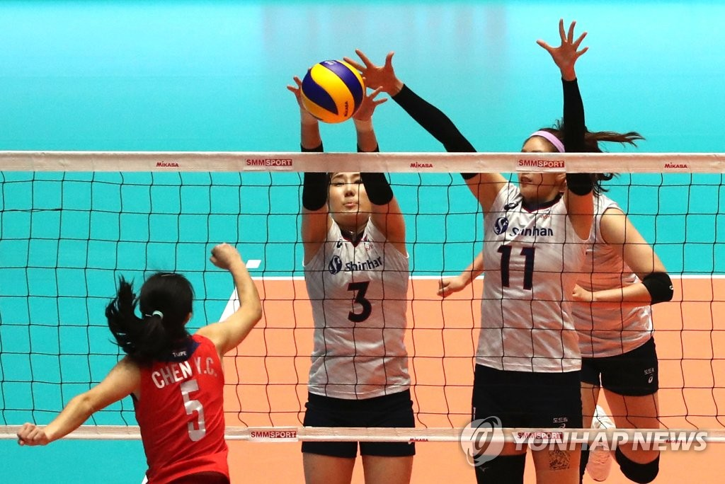 Yeum Hye-seon (C) and Kim Su-ji of South Korea block a spike by Chen Yu-Chieh of Chinese Taipei during the teams' second-round match at the Asian Women's Volleyball Championship at Jamsil Arena in Seoul on Aug. 22, 2019. (Yonhap)