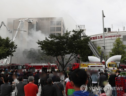 Fire breaks out at clothes market in central Seoul