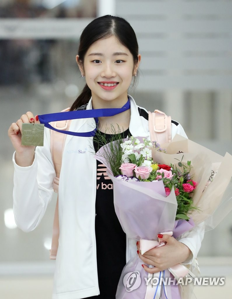 In this file photo from Sept. 30, 2019, South Korean figure skater Lee Hae-in poses with her gold medal won at the International Skating Union (ISU) Junior Grand Prix event in Zagreb, Croatia, after arriving at Incheon International Airport, west of Seoul. (Yonhap)