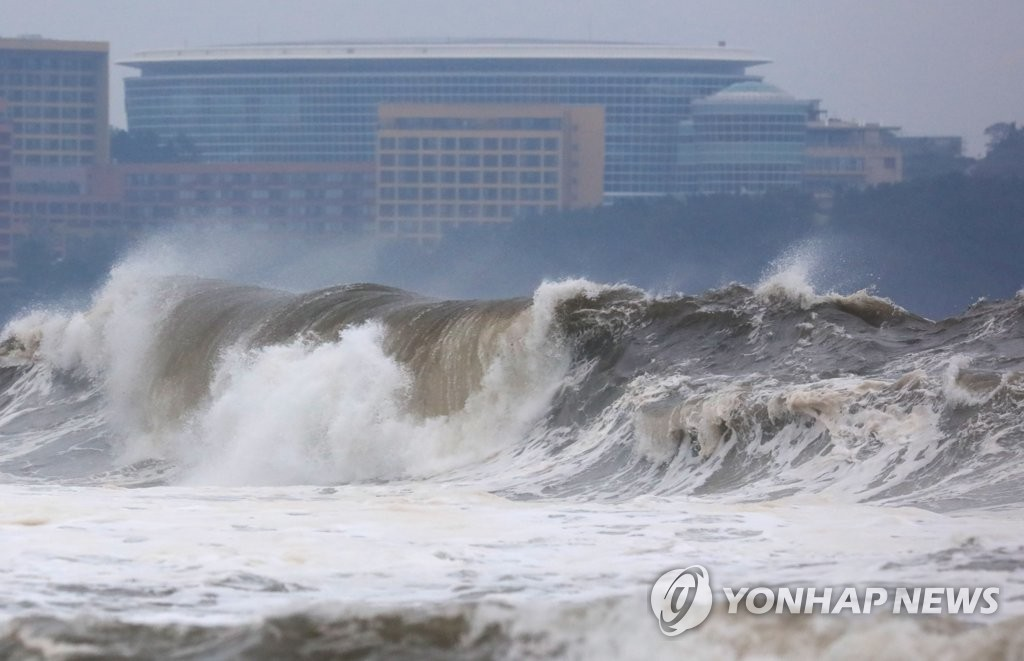 This photo taken on Oct. 1, 2019, shows high waves in waters off South Korea's southern resort island of Jeju, as Typhoon Mitag moved north toward the country. (Yonhap)
