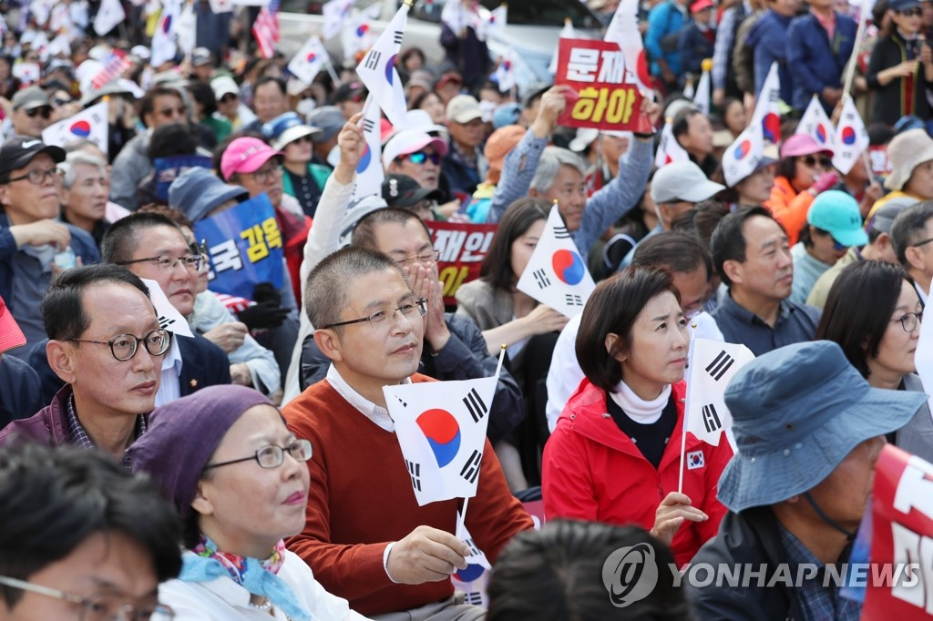 Hwang Kyo-ahn (C), leader of the main opposition Liberty Korea Party, and Na Kyung-won (R), the party's floor leader, participate in an anti-government protest in downtown Seoul on Oct. 9, 2019. (Yonhap)