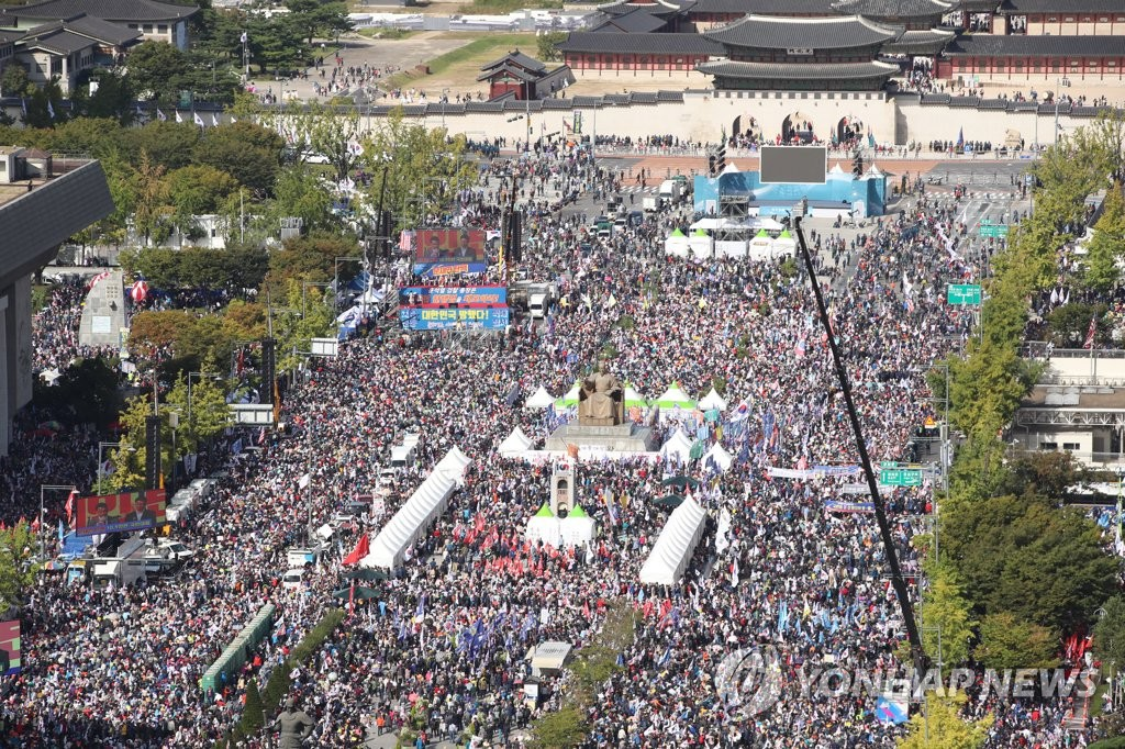 Protesters hold an anti-government rally at Gwanghwamun Plaza in Seoul on Oct. 9, 2019. (Yonhap)