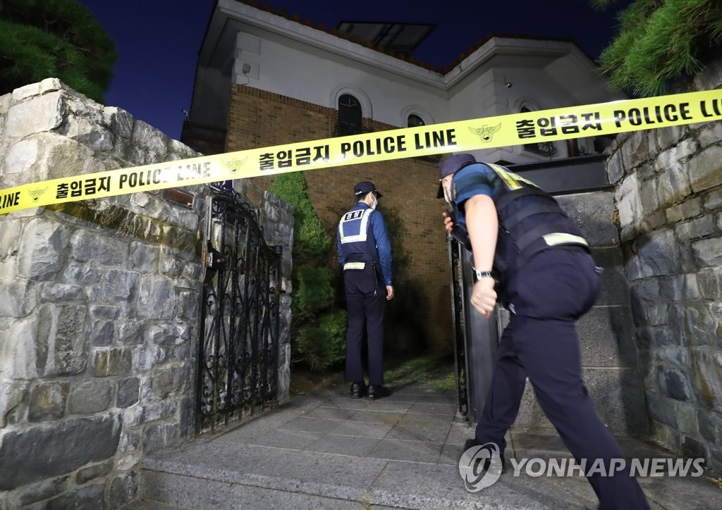 Late South Korean singer-actress Sulli's home in Seongnam, Gyeonggi Province, is cordoned off pending a probe into her death on Oct. 14, 2019. (Yonhap)