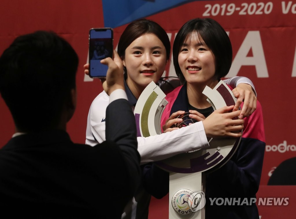 In this file photo from Oct. 17, 2019, twin volleyball players Lee Da-yeong (L) and Lee Jae-yeong pose for photos after the V-League media day in Seoul. (Yonhap)