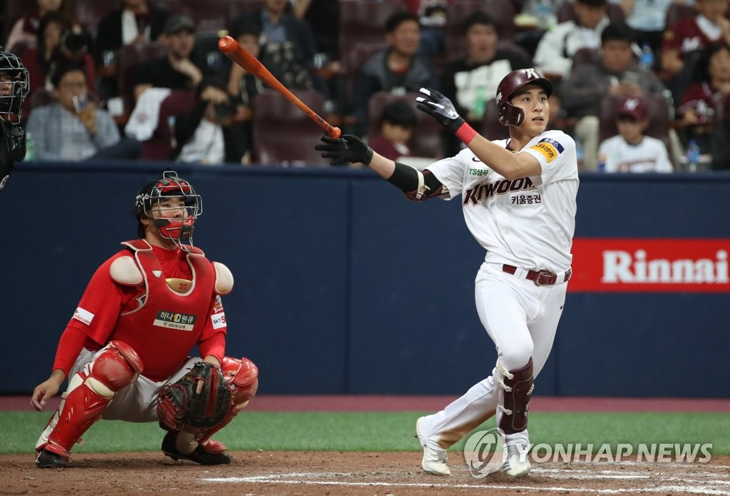 Lee Jung-hoo of the Kiwoom Heroes (R) hits a two-run double against the SK Wyverns in the bottom of the third inning of Game 3 of the second round Korea Baseball Organization playoff series at Gocheok Sky Dome in Seoul on Oct. 17, 2019. (Yonhap)