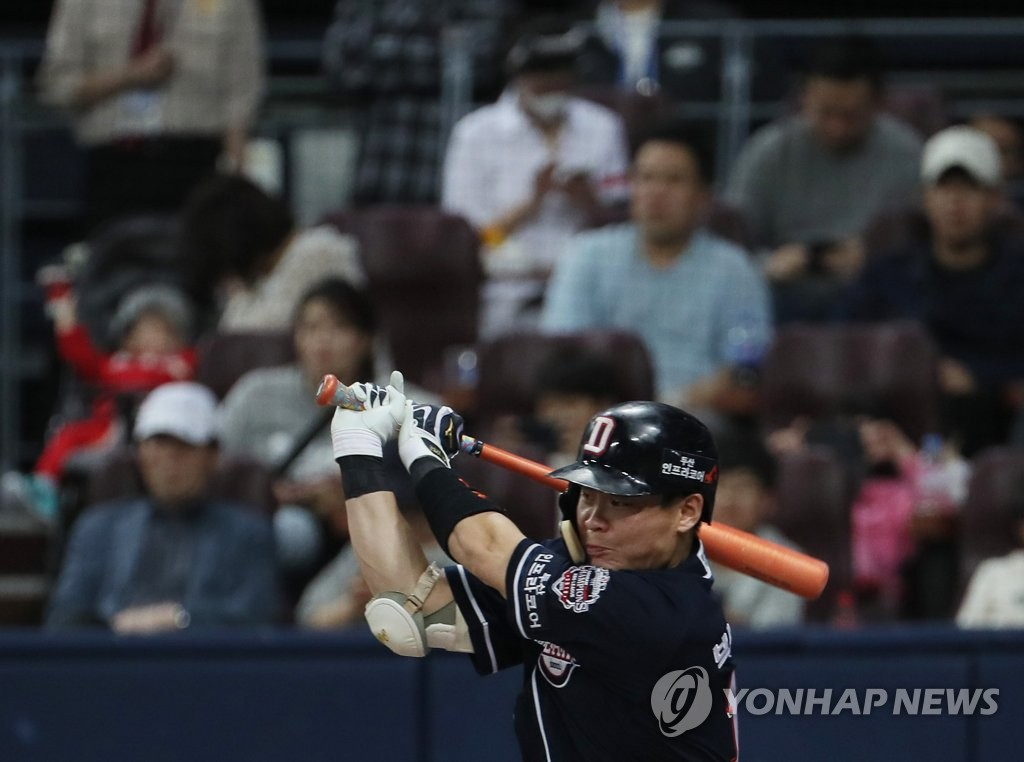 Park Sei-hyok of the Doosan Bears hits an RBI single against the Kiwoom Heroes in the top of the eighth inning of Game 3 of the Korean Series at Gocheok Sky Dome in Seoul on Oct. 25, 2019. (Yonhap)