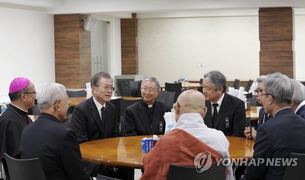 President Moon Jae-in talks with leaders of South Korea's religious community at Namcheon Catholic Cathedral in Busan on Oct. 30, 2019, in this photo provided by Cheong Wa Dae. (PHOTO NOT FOR SALE) (Yonhap)