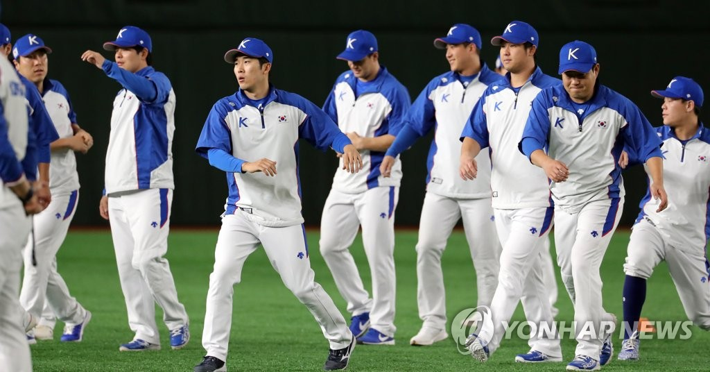 South Korean players prepare for the start of their practice at Tokyo Dome in Tokyo on Nov. 14, 2019, the eve of a game against Mexico in the Super Round at the World Baseball Softball Confederation (WBSC) Premier12. (Yonhap)