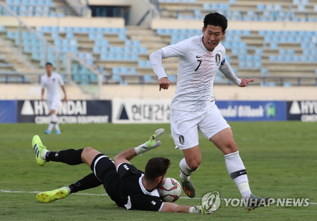 In this file photo from Nov. 14, 2019, Son Heung-min of South Korea (R) is stopped by Lebanese goalkeeper Mehdi Khalil during the teams' Group H match in the second round of the Asian qualification for the 2022 FIFA World Cup at Camille Chamoun Sports City Stadium in Beirut. (Yonhap)