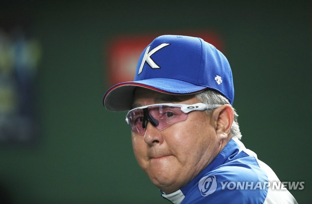 In this file photo, from Nov. 15, 2019, South Korean manager Kim Kyung-moon watches his team's practice at Tokyo Dome in Tokyo, ahead of a Super Round game against Mexico at the World Baseball Softball Confederation (WBSC) Premier12. (Yonhap)