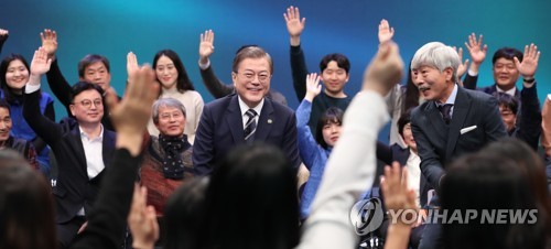 (LEAD) Moon vows to maintain security cooperation with Japan despite looming GSOMIA expiry