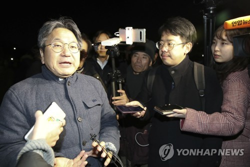 Moon's aide visits LKP leader on hunger strike