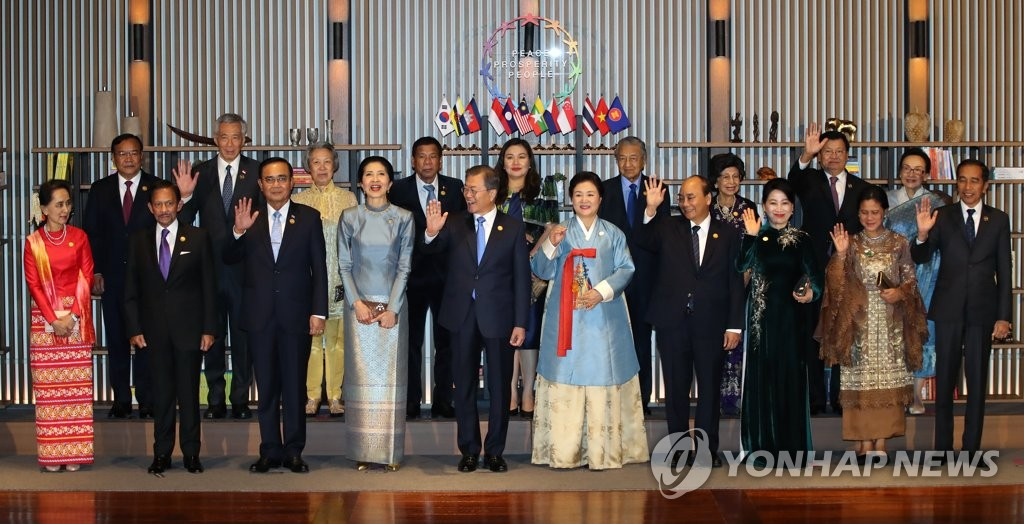 South Korean President Moon Jae-in (C) and first lady Kim Jung-sook on his left side pose for commemorative photos along with leaders from Southeast Asian nations and their spouses before an official welcoming dinner in the southeastern city of Busan on Nov. 25, 2019. (Yonhap)