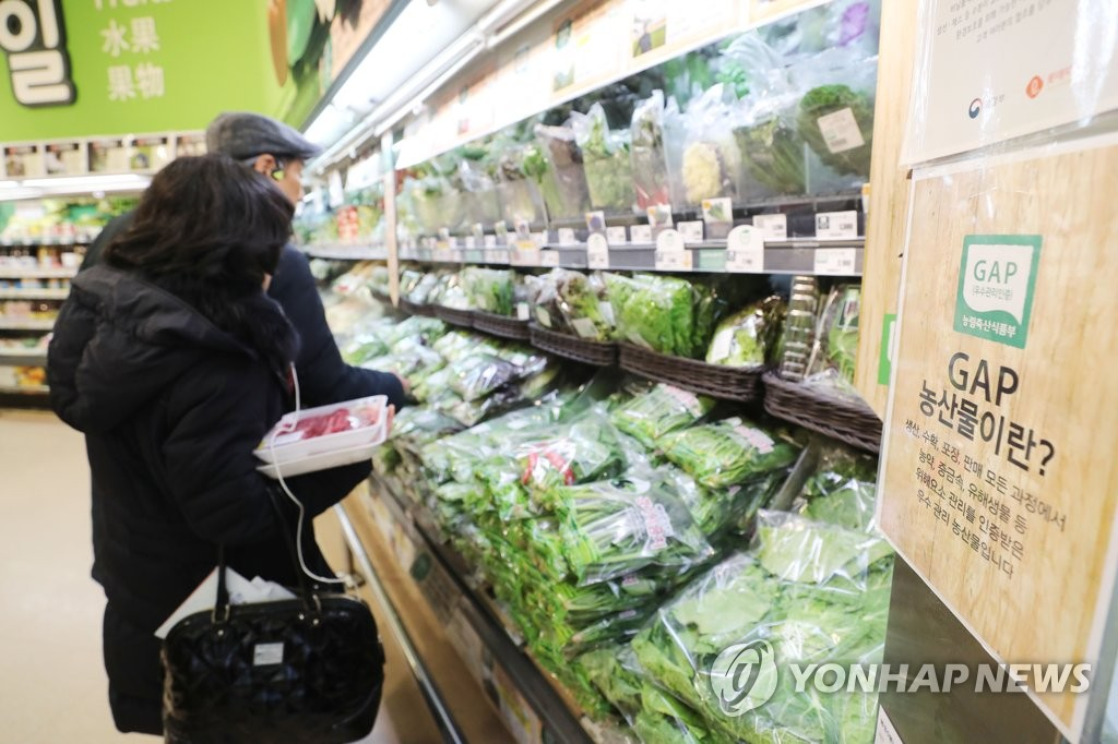 The photo, taken Dec. 2, 2019, shows local consumers shopping at a grocery store in Seoul. The government has said South Korea's consumer prices gained 0.2 percent from a year earlier in November, marking the positive on-year gain in four months. (Yonhap)