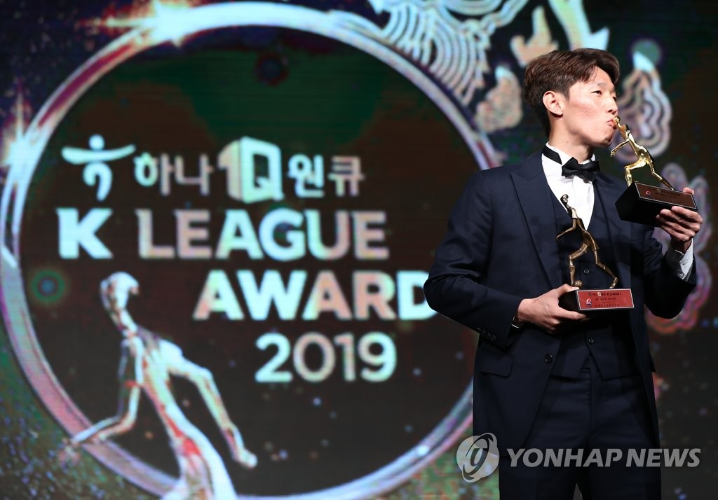 Kim Bo-kyung of Ulsan Hyundai FC kisses the trophy for the K League 1 MVP award during the K League Awards ceremony in Seoul on Dec. 2, 2019. (Yonhap)