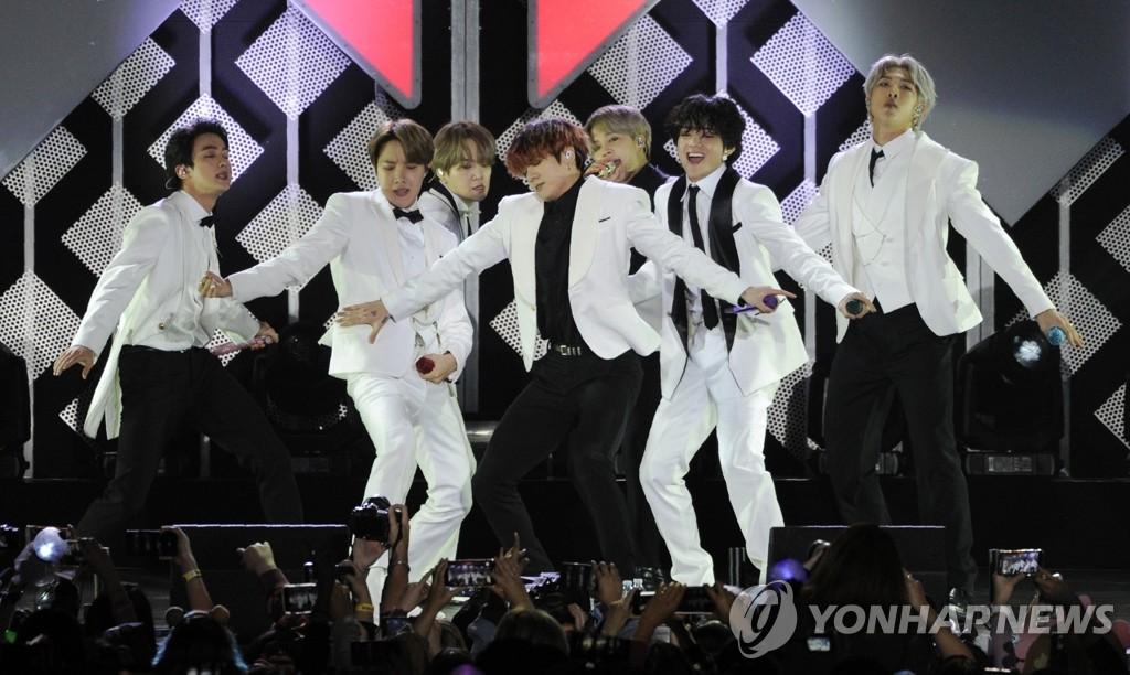 미국 '징글볼' 축제에서 공연하는 BTS