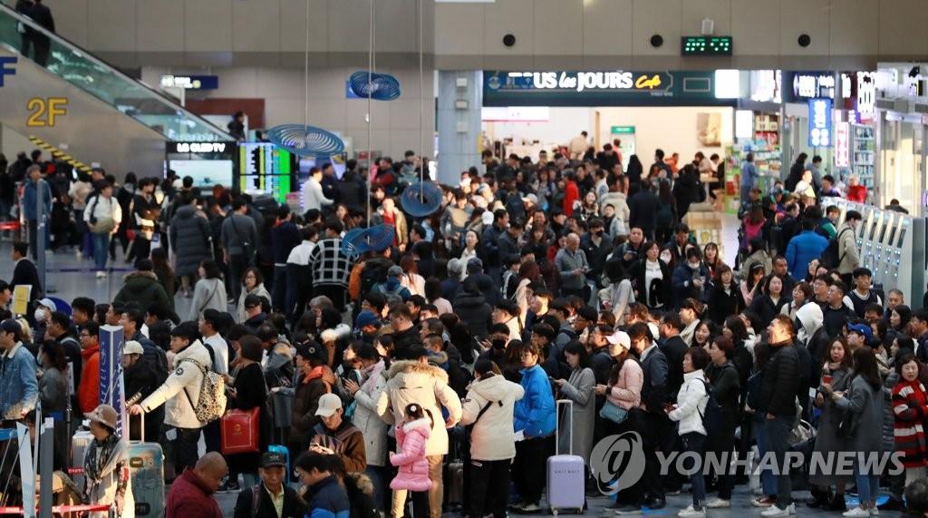 붐비는 김해국제공항