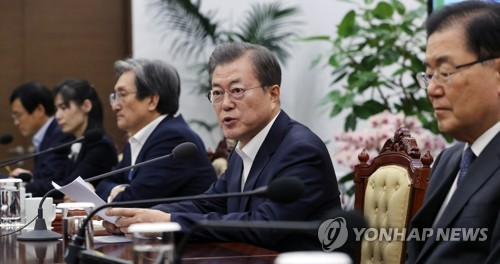 Moon meets top aides