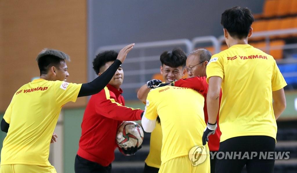 박항서 베트남 U-23 축구대표팀 감독과 대표팀 선수들