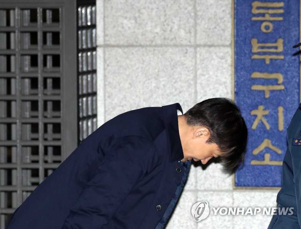 Former Justice Minister Cho Kuk bows as he leaves a detention center in eastern Seoul, where he awaited a decision on the prosecution's request to arrest him on charges of abuse of authority, on Dec. 27, 2019. (Yonhap)
