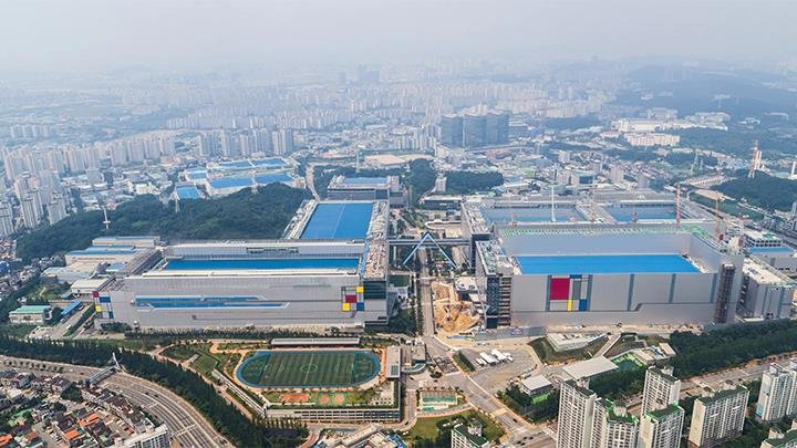 This photo captured from Samsung Electronics' website on Dec. 31, 2019, shows the company's chip factory in Hwaseong, southwest of Seoul. (PHOTO NOT FOR SALE) (Yonhap)