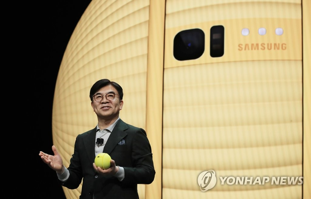 In this file photo, taken Jan. 6, 2020, Kim Hyun-suk, President and CEO of Samsung Electronics Co.'s consumer electronics division, introduces a rolling bot, Ballie, at the company's keynote event ahead of Consumer Electronics Show (CES) in Las Vegas, Nevada. (Yonhap)