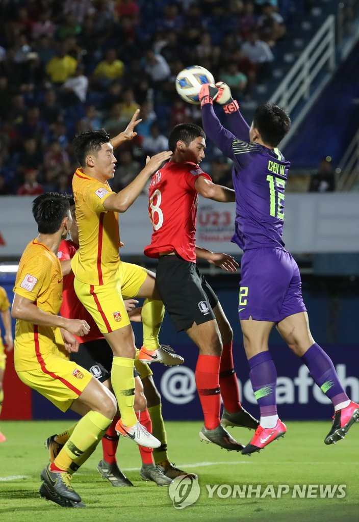 Oh Se-hun of South Korea (2nd from R) battles Chen Wei of China (R) for the ball during their Group C match at the Asian Football Confederation U-23 Championship at Tinsulanon Stadium in Songkhla, Thailand, on Jan. 9, 2020. (Yonhap)