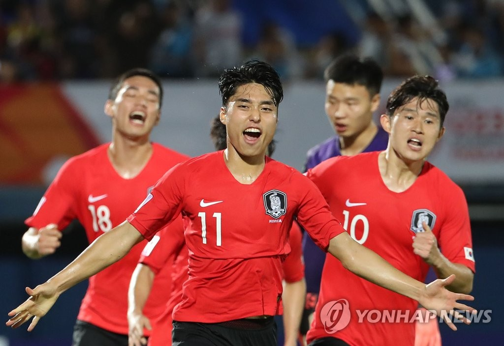 Lee Dong-jun of South Korea (C, No. 11) celebrates his goal against China during the teams' Group C match at the Asian Football Confederation U-23 Championship at Tinsulanon Stadium in Songkhla, Thailand, on Jan. 9, 2020. (Yonhap)