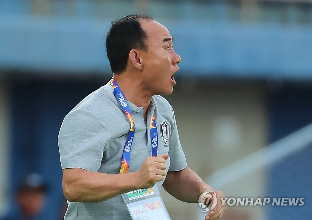 South Korea head coach Kim Hak-bum directs his players during a Group C match against Iran at the Asian Football Confederation U-23 Championship at Tinsulanon Stadium in Songkhla, Thailand, on Jan. 12, 2020. (Yonhap)