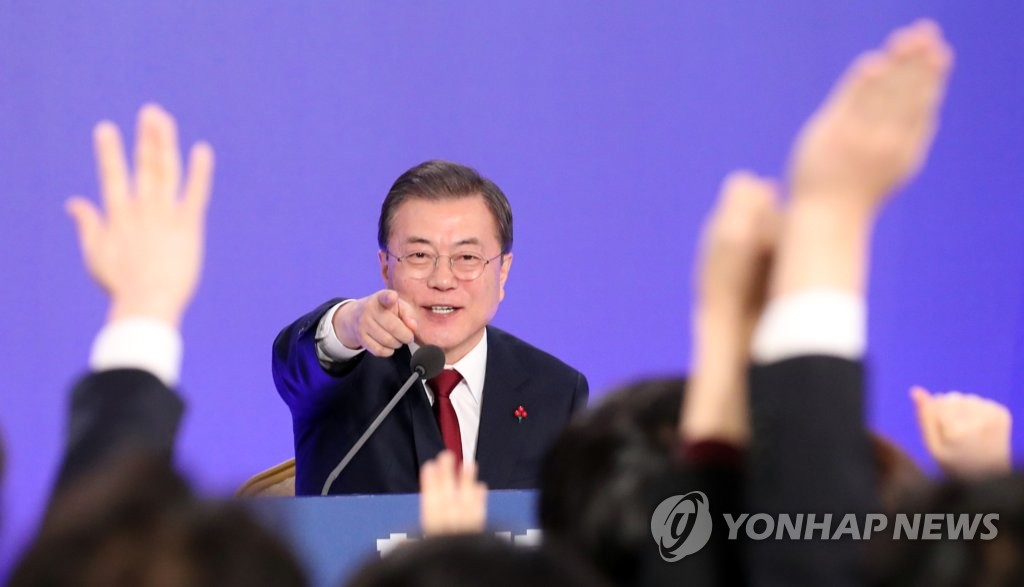 President Moon Jae-in selects a reporter to ask a question during a news conference for the new year at Cheong Wa Dae in Seoul on Jan. 14, 2020. (Yonhap)