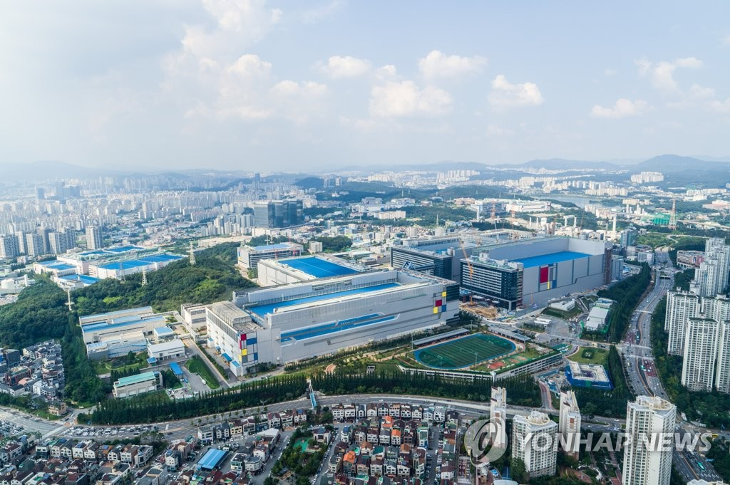 This photo, provided by Samsung Electronics Co., shows the company's chip plant in Hwaseong, south of Seoul. (PHOTO NOT FOR SALE) (Yonhap)
