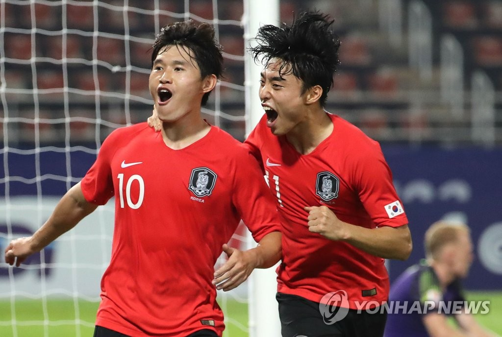 In this file photo from Jan. 22, 2020, Lee Dong-gyeong (L) and Lee Dong-jun of South Korea celebrate the former's goal against Australia in the semifinals of the Asian Football Confederation (AFC) U-23 Championship at Thammasat Stadium in Rangsit, Thailand. (Yonhap)